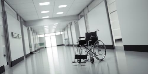 Illustration d'un fauteuil seul dans un grand couloir d'hôpital vide